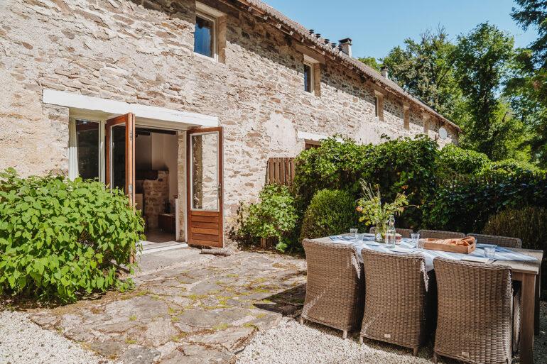 Vakantiehuis Limousin La-Bastide terras achter openslaande deuren tuinmeubilair