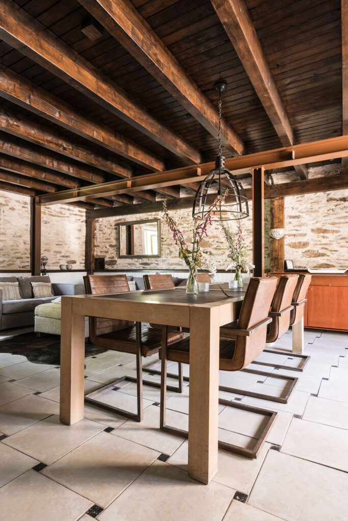 Vakantiehuis Limousin La-Bastide woonkamer eettafel met zes stoelen industriele look