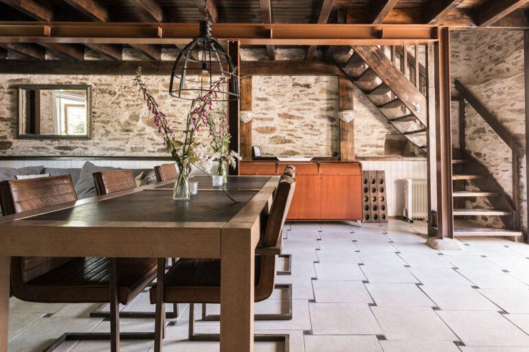 Vakantiehuis Limousin La-Bastide woonkamer sfeervolle eethoek