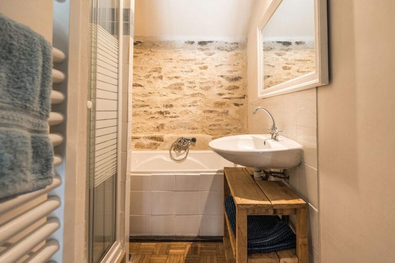 Vakantiehuis Loire La-Bastide badkamer ligbad aparte douche wastafel