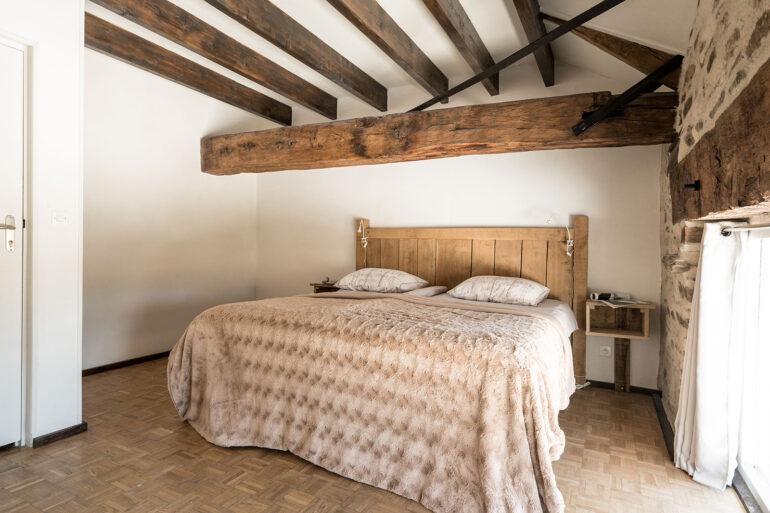 Vakantiehuis Loire La-Bastide slaapkamer boxspring bedden robuuste eiken balken
