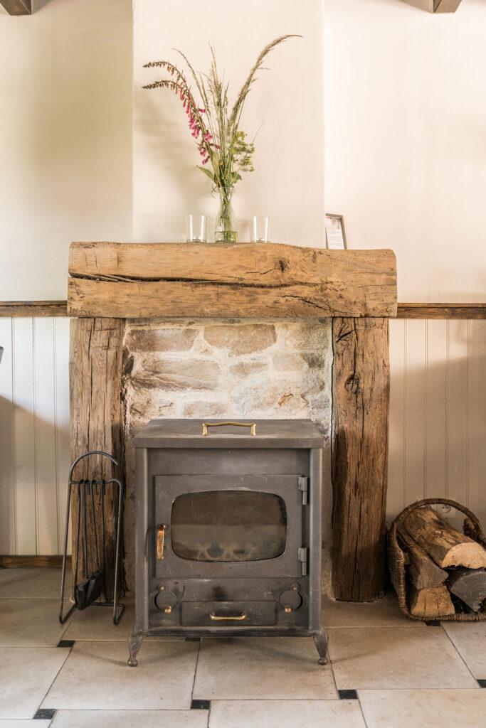 Vakantiehuis Loire La-Bastide woonkamer houtkachel een echte sfeermaker in het vakantiehuis