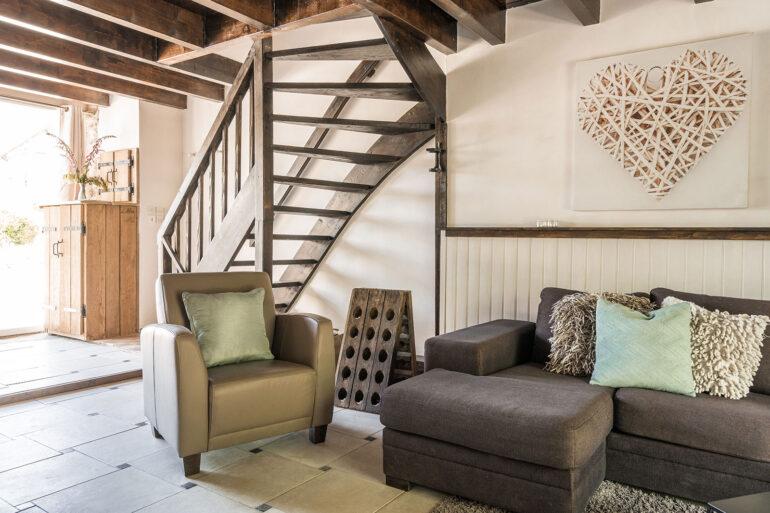 Vakantiehuis Loire La-Bastide woonkamer met trap naar tweede woonlaag