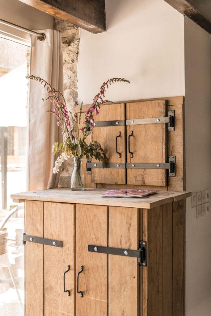 Vakantiehuis Loire La-Bastide woonkamer servies opbergkast