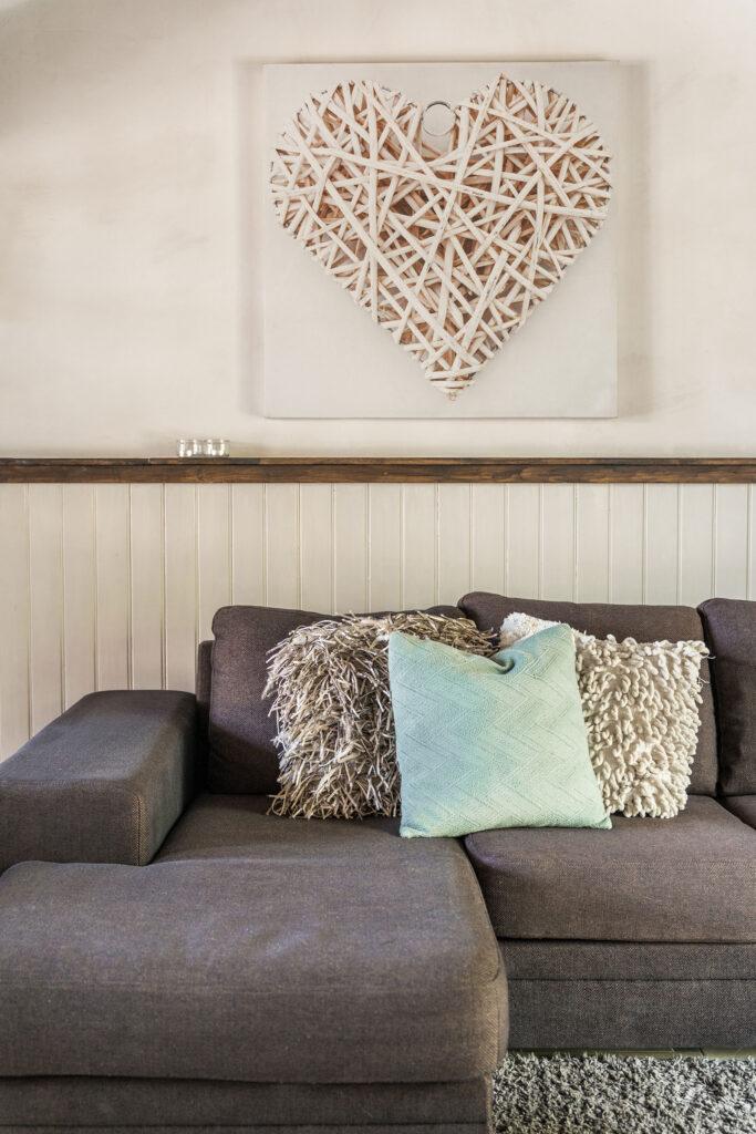 Vakantiehuis Loire La-Bastide woonkamer zithoek met bank met schaise longe