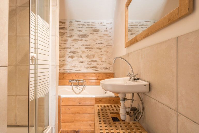 Vakantiehuis Normandië La-Bastide badkamer ligbad en wastafel en aparte douche