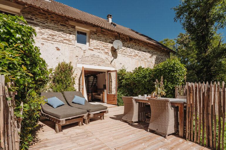 Vakantiehuis Normandië La-Bastide terras zonnig met tuinmeubilair