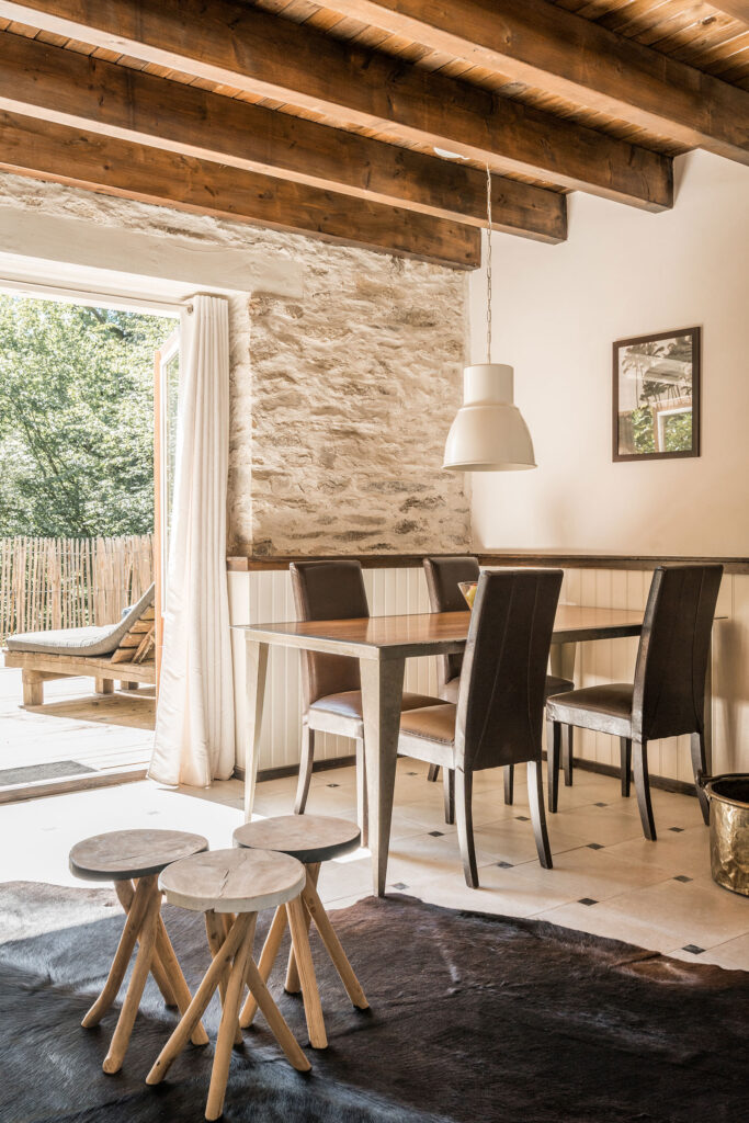 Vakantiehuis Normandië La-Bastide woonkamer eethoek met openslaande deuren naar achterterras