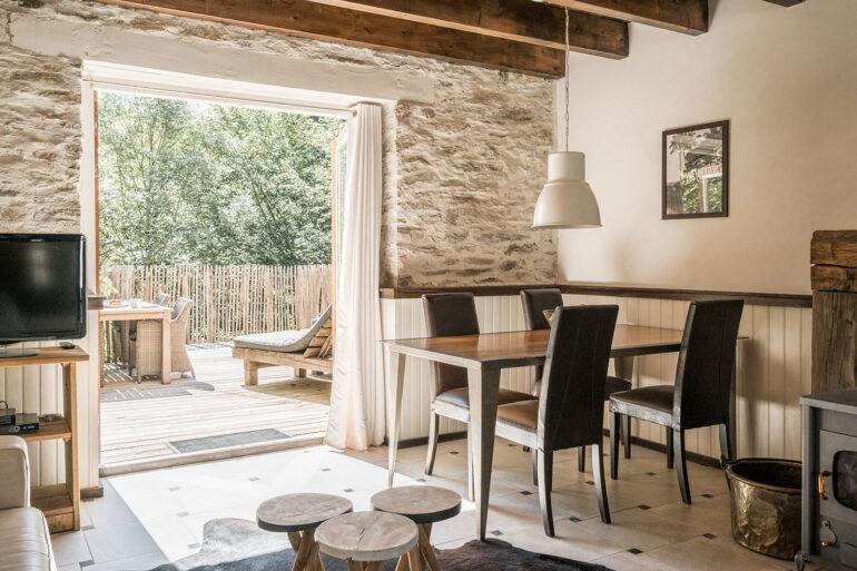 Vakantiehuis Normandië La-Bastide woonkamer openslaande deuren naar terras