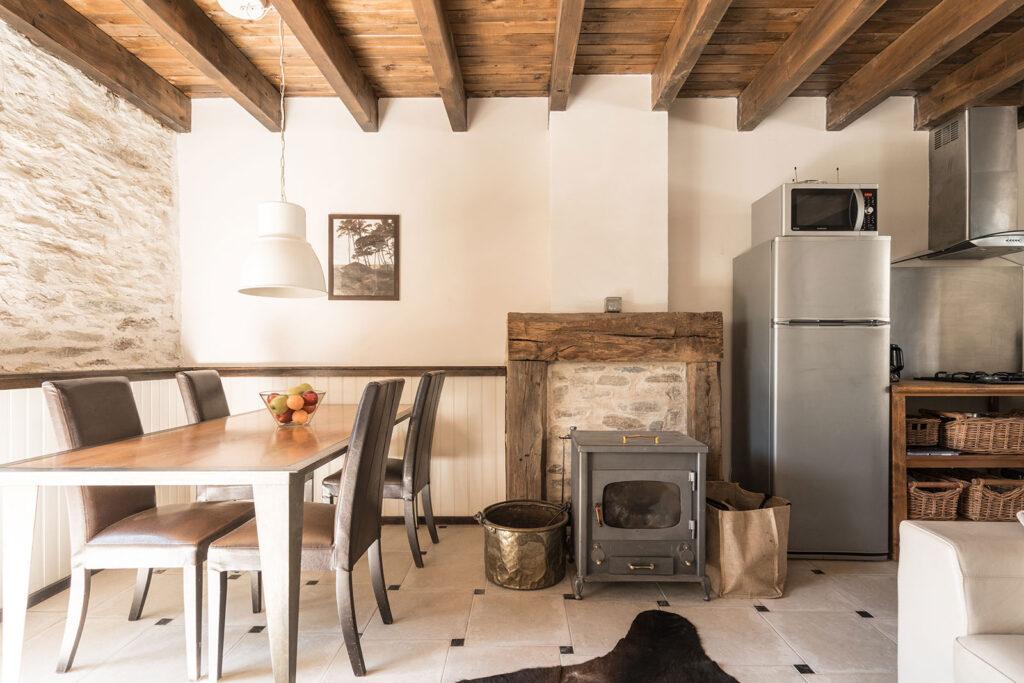 Vakantiehuis Normandië La-Bastide woonkamer sfeer houtkachel open keuken