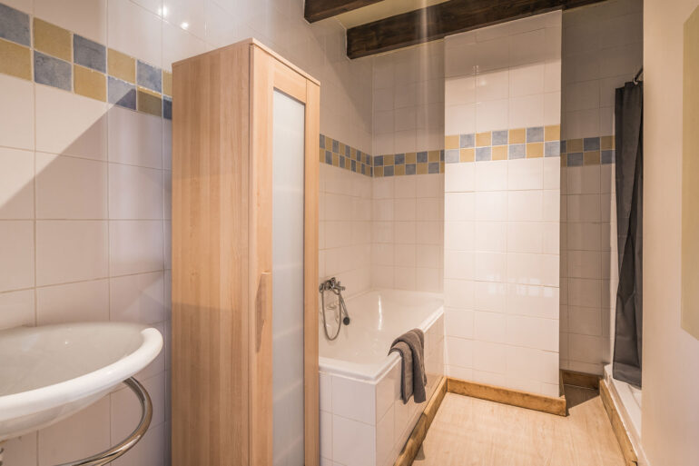 Vakantiehuis Provence La-Bastide badkamer met aparte douche wastafel en ligbad