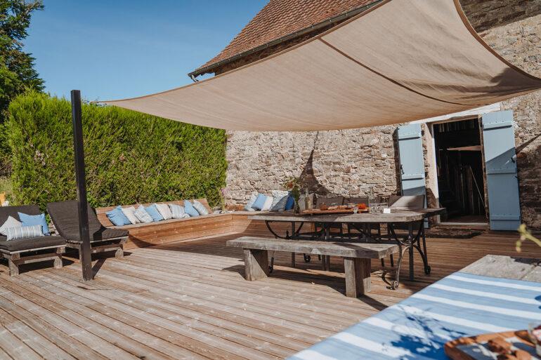 Vakantiehuis Provence La-Bastide terras achter heerlijk relaxen ligbedden en zonnedoek