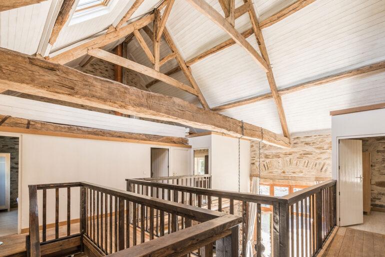 Vakantiehuis Provence La-Bastide tweede woonlaag loopbrug over woonkamer met mooie oude dakspanten
