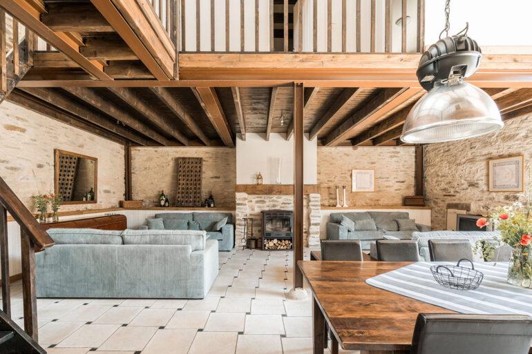 Vakantiehuis Provence La-Bastide woonkamer eettafel met zithoek