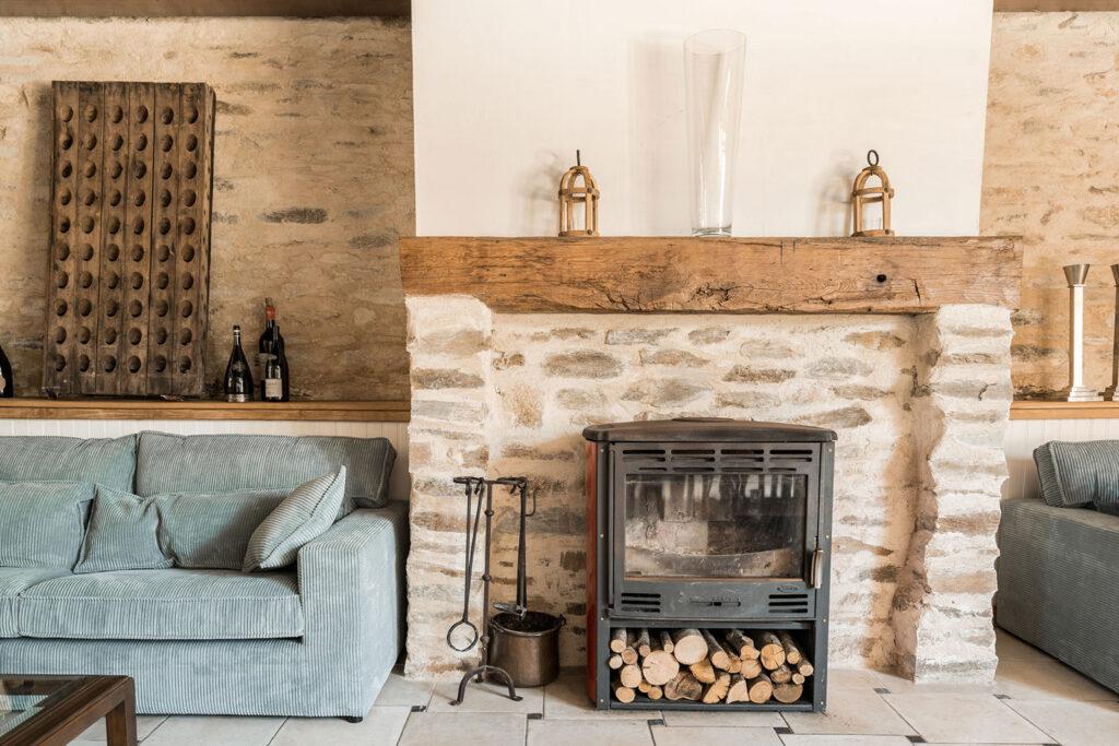 Vakantiehuis Provence La-Bastide woonkamer gezellige zithoek om de houtkachel