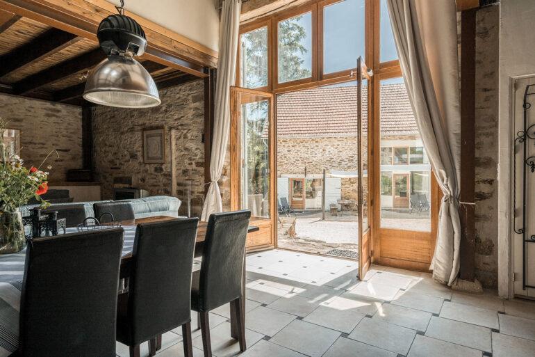 Vakantiehuis Provence La-Bastide woonkamer voordeuren naar de voorkant met uitzicht op de vijfe geschakelde vakantiehuizen