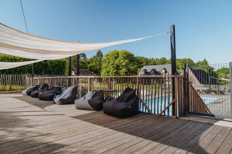 Zwembad La-Bastide groot zwembad met super veel lounge plekken ligbedden en stoelen