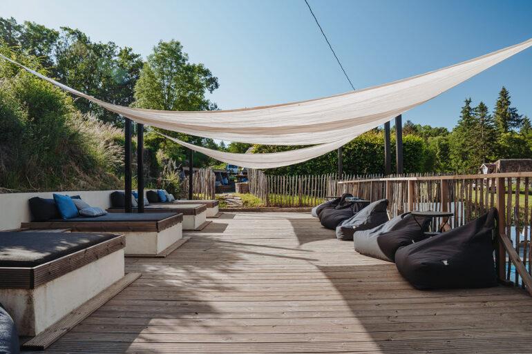 Zwembad La-Bastide loungeterras metzitzakken en heerlijke ligbedden