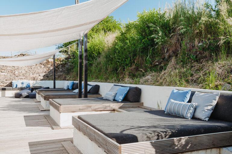 Zwembad La-Bastide loungeterras groot terras met lounge bedden en zonnedoeken