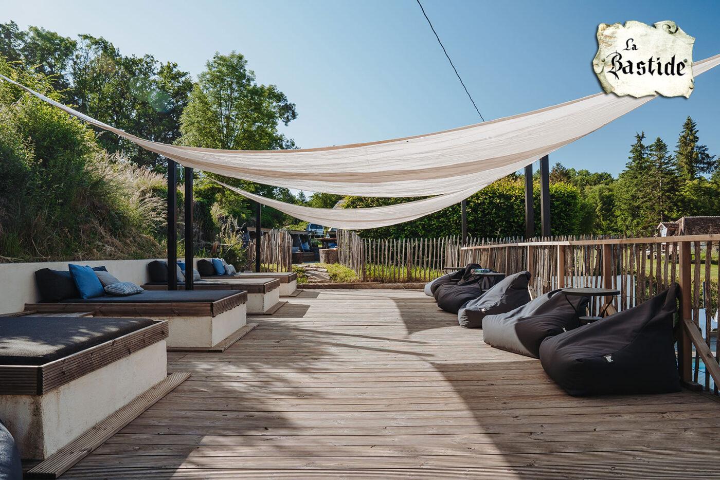 Zwembad lounge terras vakantiedomein La-Bastide bij het zwembad met doorgang naar loungeplek