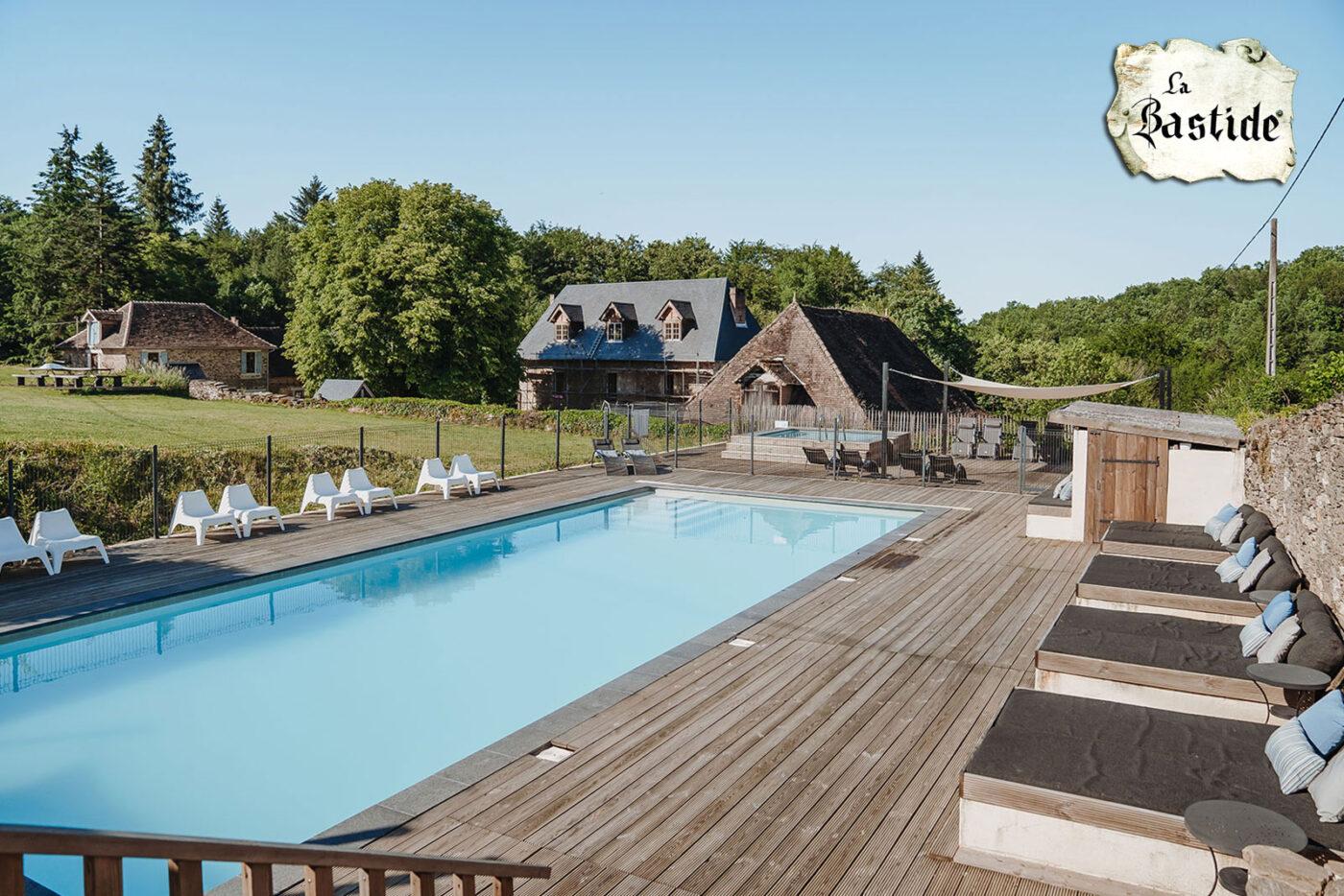 Zwembaden groot zwembad op La-Bastide vakantiedomein Frankrijk Haute-Vienne