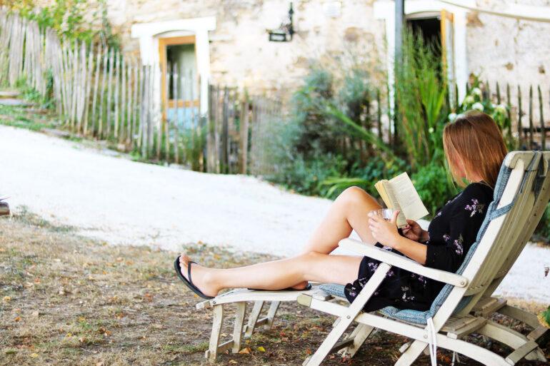 Kindvriendelijk La-Bastide lees een boek terwijl de kinderen ergens op La-Bastide zijn