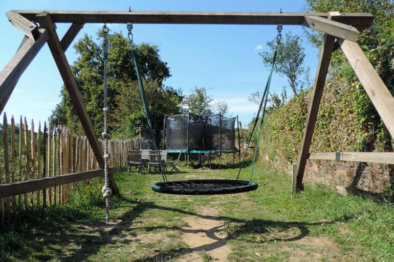 Spelen op La-Bastide trampolines en schommels
